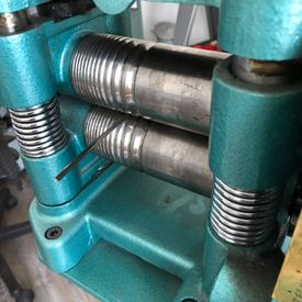 Solitärring in Platin - Walzen des Materials